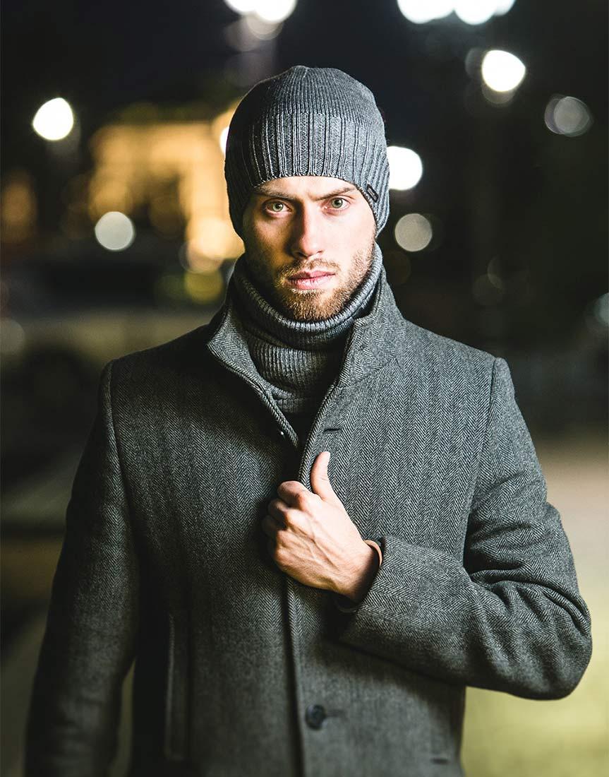Вязаная шерстяная шапка серого цвета на мужчине