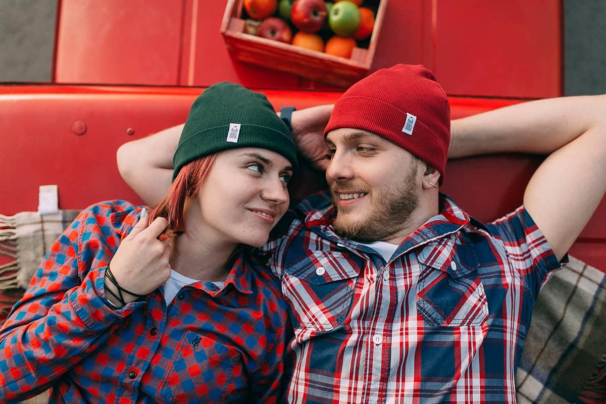 Шапка трикотажная Магеллан, шапка удлиненная, шапка с подворотом, цвет зеленый, красный