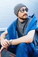ТОКИО, вязаная двухслойная шапка серого цвета на парне в зеркальных очках. Шапка как у Монатика, Кусто. Beanie hat. Watch cap. Морячка