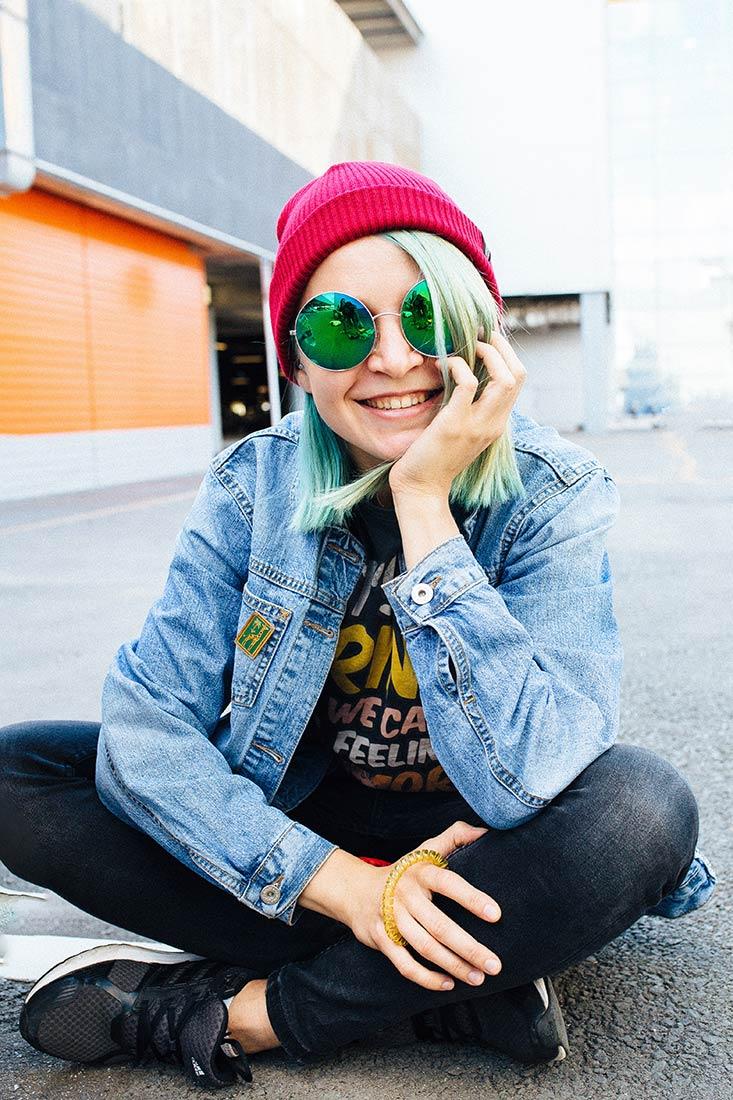 ТОКИО, вязаная двухслойная шапка красного цвета на молодой девушке в очках. Шапка как у Монатика, Кусто. Beanie hat. Watch cap. Морячка