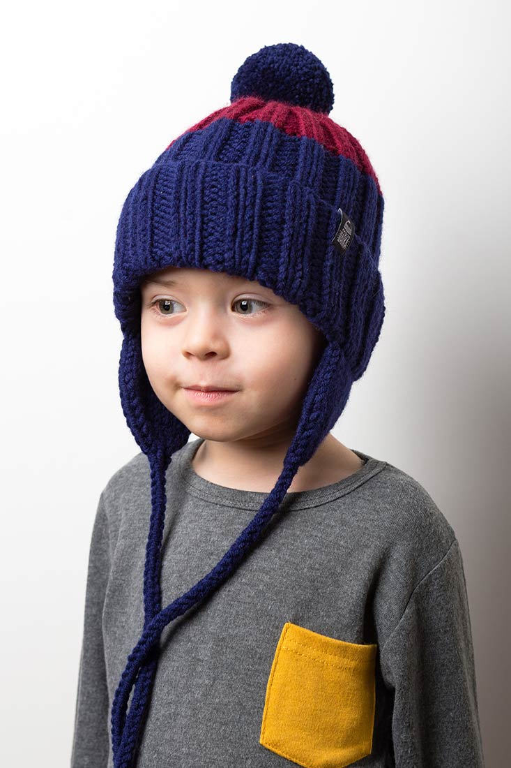 """Яркая вязаная зимняя шапка с подкладом и контрастным помпоном """"Шерегеш"""". Цвет - темно-синий, бордовый, красный"""