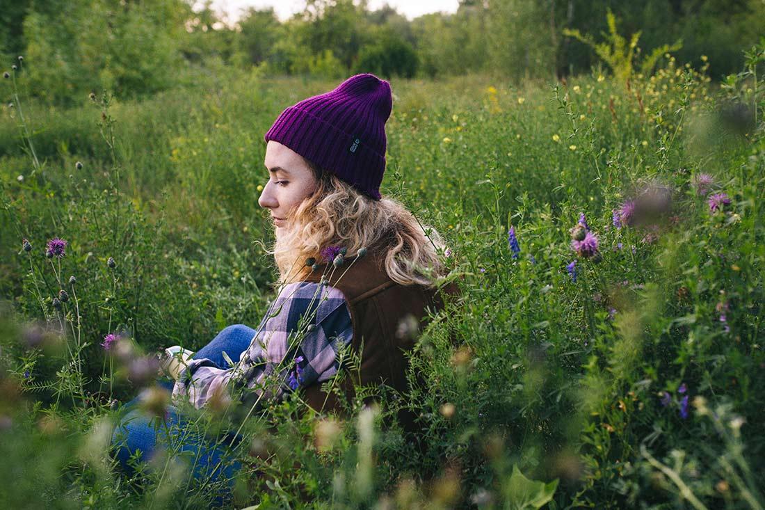 """Вязаная шапка тыковка на девушке. Коллекция """"Камчатка"""". цвет фиолетовый."""