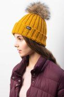Вязаная шапка Дублин на молодой девушке. Зимняя коллекция. Цвет горчичный.