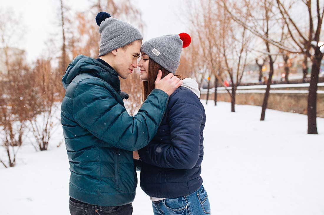 Вязаная шапка Торонто. Цвет серый, красный, синий помпон. Сезон - Зима, осень, весна