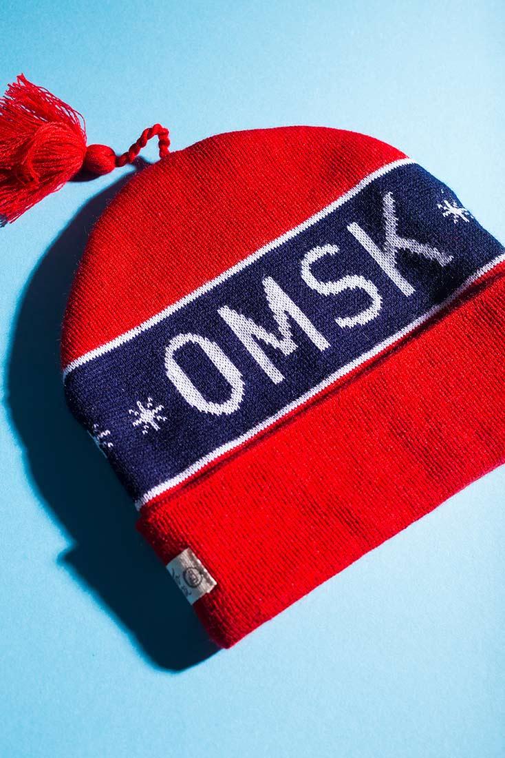Шапка петушок красного цвета с надписью Омск