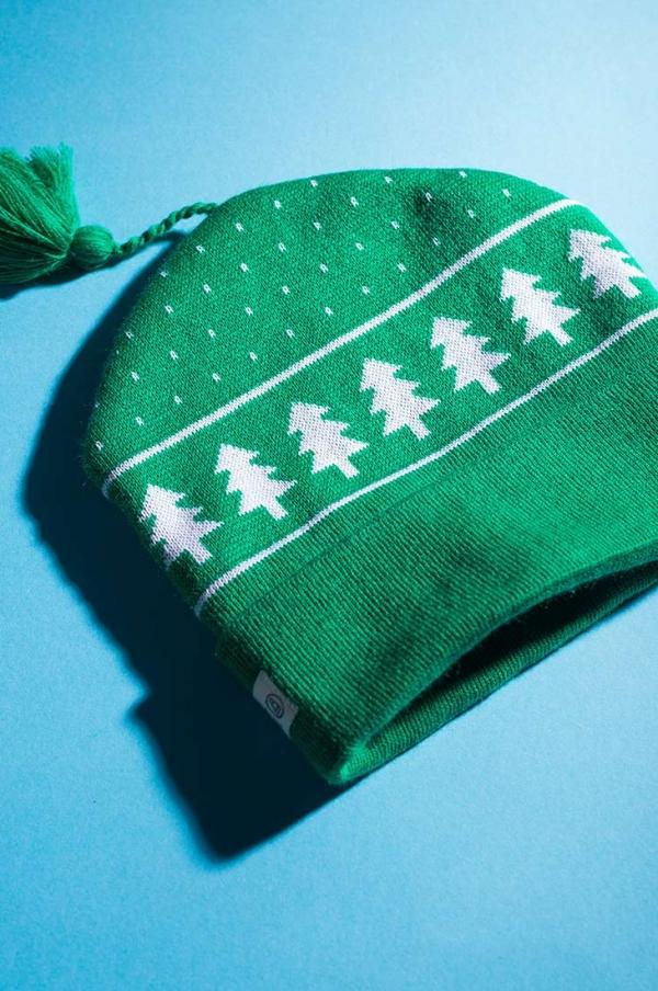 Шапка петушок зеленого цвета с узором Елки