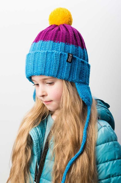 """Яркая вязаная зимняя шапка с подкладом и контрастным помпоном """"Шерегеш"""". Цвет - голубой, фиолетовый, желтый"""