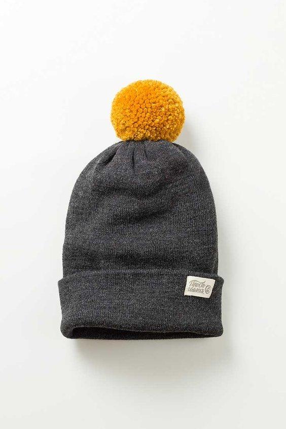 Вязаная шапка Торонто. Цвет темно-серый, горчичный помпон. Сезон - Зима, осень, весна