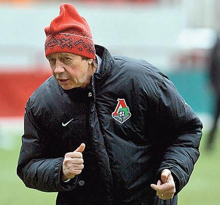 Юрий Семин в красной шапке петушок