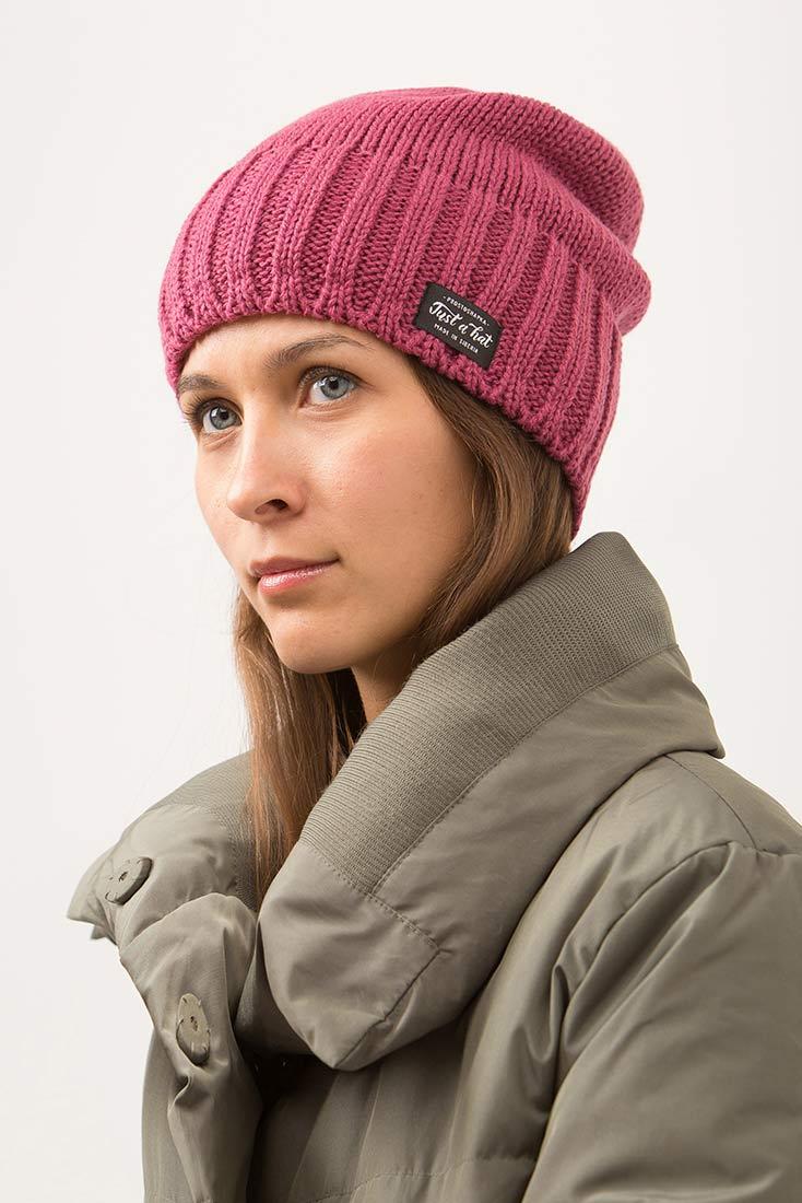 Зимняя шапка РЕЙКЬЯВИК с флисовым подкладом на девушке. Цвет - брусничный
