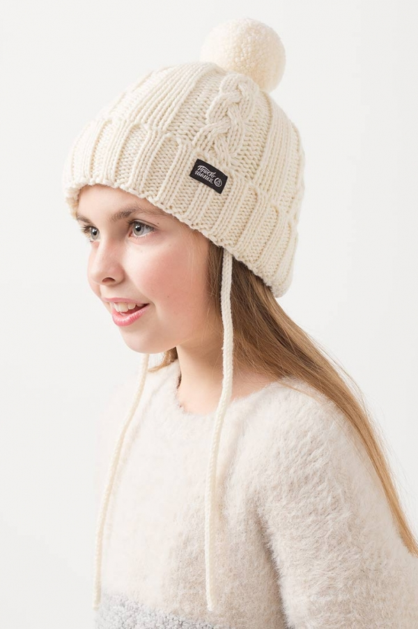 Зимняя шапка Бавария на завязках с помпоном и подкладом молочная, на ребенке