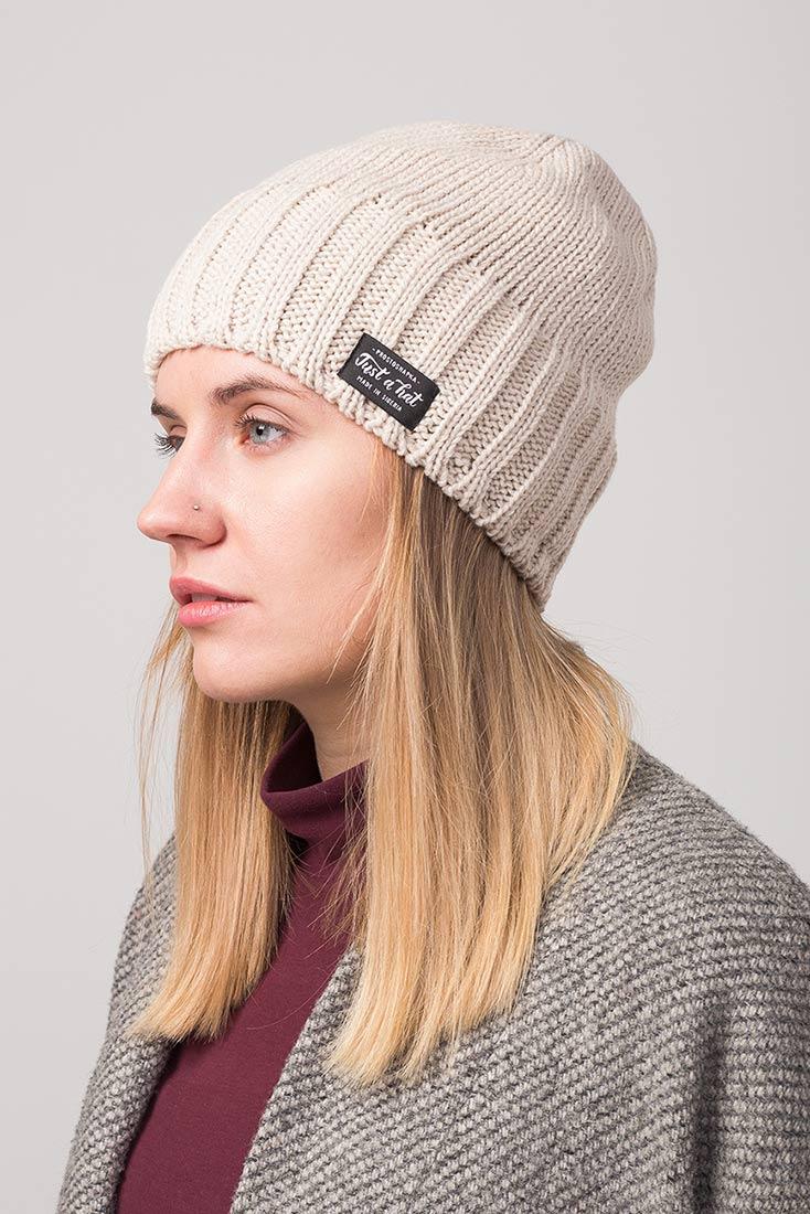 Зимняя шапка РЕЙКЬЯВИК с флисовым подкладом на девушке. Цвет - бежевый