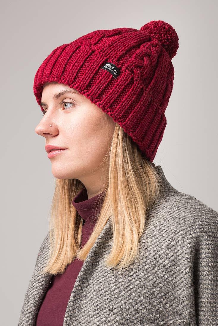 Зимняя шапка Бавария с помпоном и флисовым подкладом бордовая, на девушке