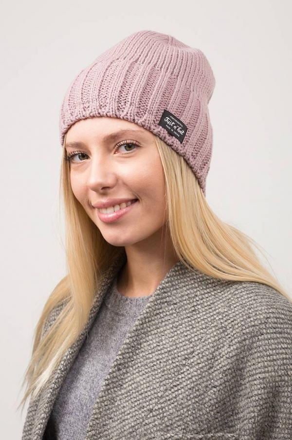Зимняя шапка РЕЙКЬЯВИК с флисовым подкладом на девушке. Цвет - сухая роза, бледно-розовый
