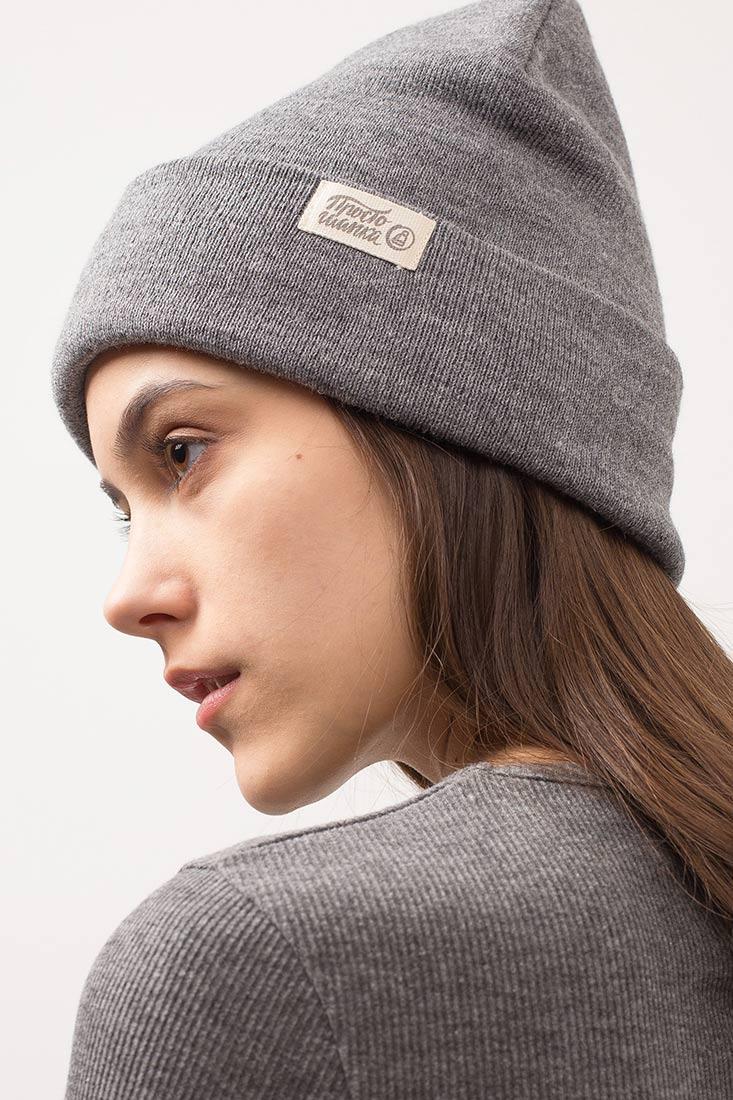 Вязаная шапка серого цвета на девушке